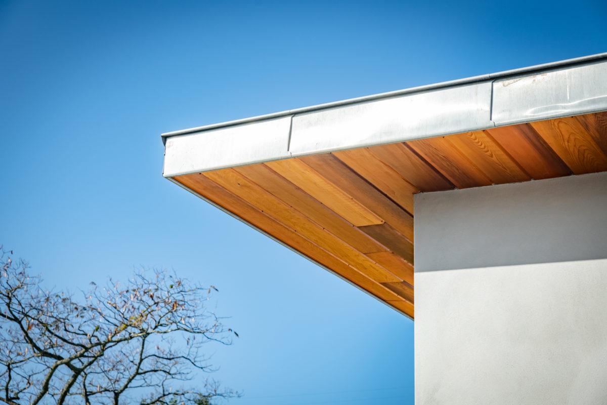 Couverture à joints debouts en zinc avec sous-face en red cedar à Bayonne. Réalisation avec notre Compagnon zingueur.